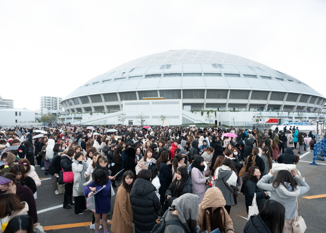 Japanese fans stand in line for the 2019 Mnet Asian Music Awards (MAMA) at Nagoya Dome in Nagoya, Japan, on Dec. 4, 2019. (image: Mnet)