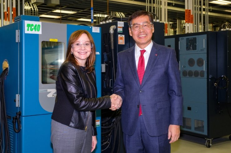 Shin Hak-cheol (R), CEO of LG Chem, shakes hands with GM Chairman and CEO Mary Barra after signing a deal on a joint venture at the GM Global Tech Center in Michigan on Dec. 5, 2019. (image: LG Chem)