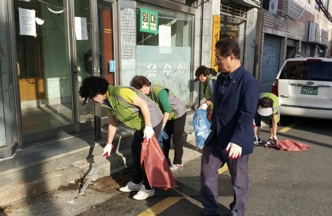Residents of Busan Join Trashtag Challenge