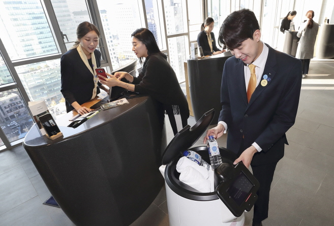 Models of KT Corp. introduce N bot, an artificial intelligence hotel robot, designed to serve guests at Novotel Ambassador Seoul Dongdaemun Hotels & Residences in Seoul, on Dec. 2, 2019. (image: KT Corp.)
