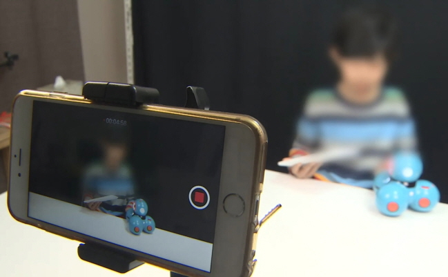 A child talking in front of a mobile phone camera. (Yonhap)