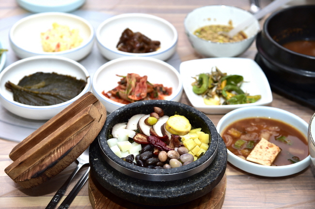 "Consuming Korean traditional cuisine, ""hansik."" (Yonhap)"