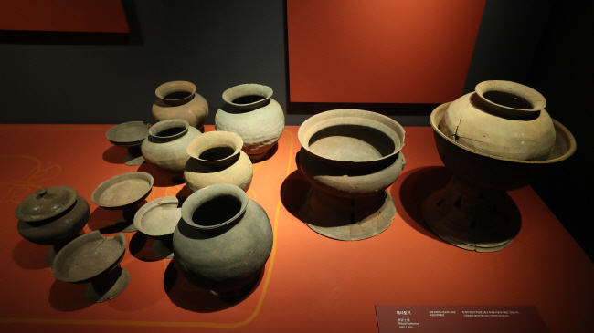 "A set of earthenware is displayed at the National Museum of Korea during a press tour of its special exhibition titled ""Gaya Spirit-Iron and Tune"" on Dec. 2, 2019. (Yonhap)"