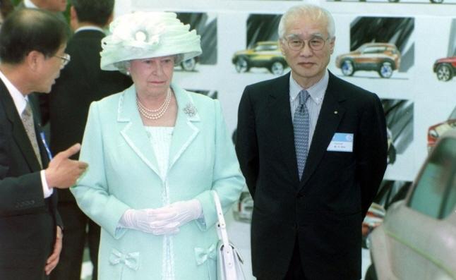 Daewoo Group Chairman Kim Woo-choong (R) accompanying British Queen Elizabeth II (C) during the queen's visit to Daewoo Motor' Co.'s car design forum in Seoul on April 20, 1999. (Yonhap)