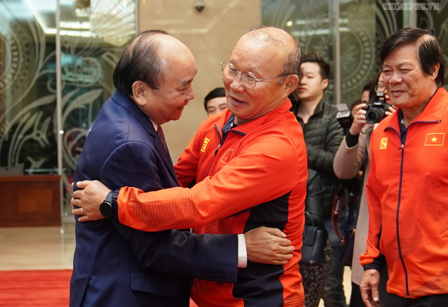 In this photo taken from the Vietnamese government website, Park Hang-seo (R), South Korean head coach of the Vietnamese men's national football teams, is congratulated by Vietnamese Prime Minister Nguyen Xuan Phuc at the prime minister's official residence in Hanoi on Dec. 11, 2019, a day after coaching Vietnam to their first Southeast Asian Games gold medal in 60 years. (Yonhap)