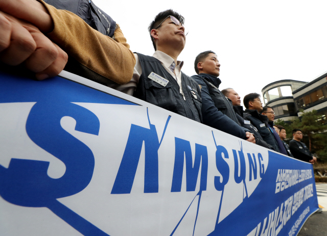 Members of the Samsung Electronics Service Co. unit of an umbrella union hold a press conference following a court ruling at the Seoul Central District Court in southern Seoul on Dec. 17, 2019. (Yonhap)