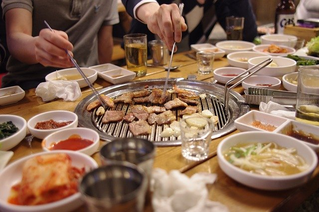 In South Korea, Korean barbeque places are some of the most sought-after destinations for end-of-year gatherings since they can accommodate a large number of people and offer food with alcoholic drinks. (image: Pixabay)