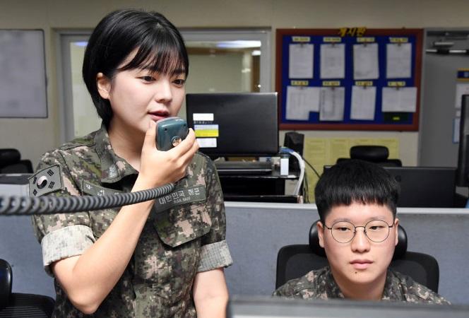 CPO Kang Seo-yeon (L) of the Republic of Korea (ROK) Navy. (image: ROK Navy)