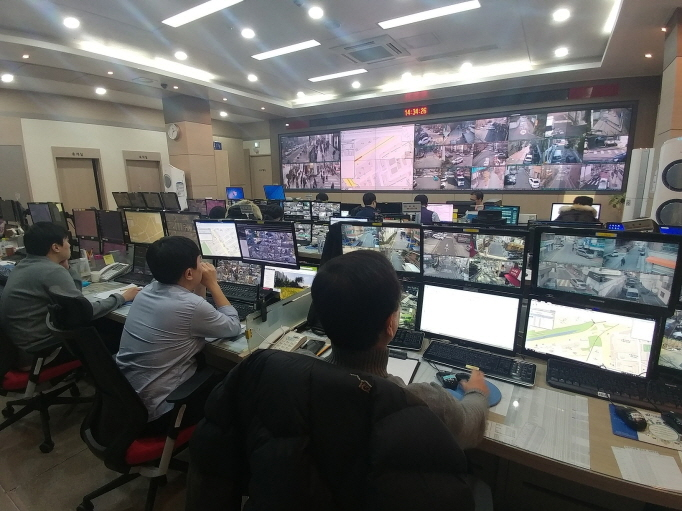 A CCTV Control Center in Seocho District. (image: Seocho District Office)