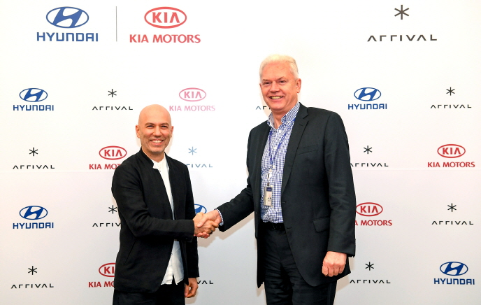 Albert Biermann (R), head of the group's R&D division, shakes hands with Arrival CEO Denis Sverdlov after signing a deal for the group's investment in the Britain company at the group's headquarters in Seoul on Jan. 16, 2020. (image: Hyundai Motor Group)