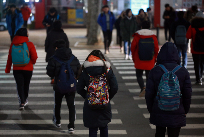 more parents want their children to 'stand out' than feel forced by peer pressure to enroll their kids in private education.(Yonhap)