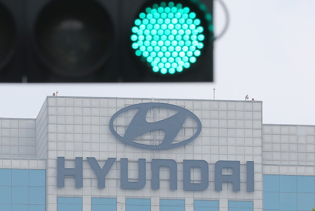 This file photo shows a traffic light turning green near Hyundai Motor's headquarters building in Yangjae, southern Seoul. (Yonhap)