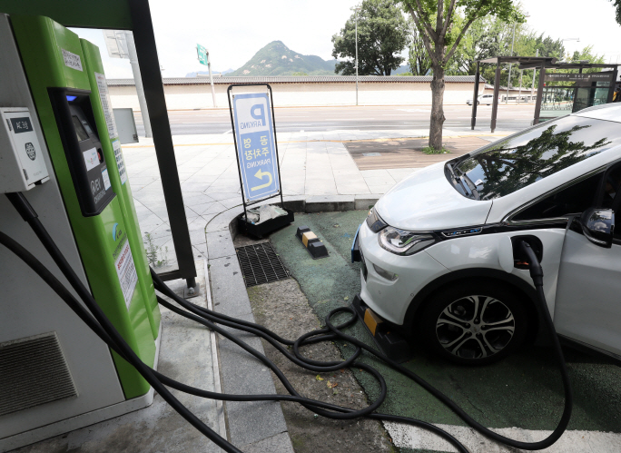 An electric car is being charged at a power station in central Seoul on Aug. 2, 2019. (Yonhap)