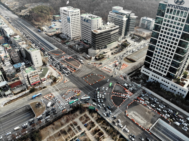 Starting with 50 in 2012, the government has selected 80 intersections every year since 2013 to improve the signal system and others. (Yonhap)