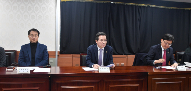 Vice Finance Minister Kim Yong-beom (C) speaks at a meeting on jobs for 40-something people on Dec. 26, 2019. (image: Ministry of Economy and Finance)