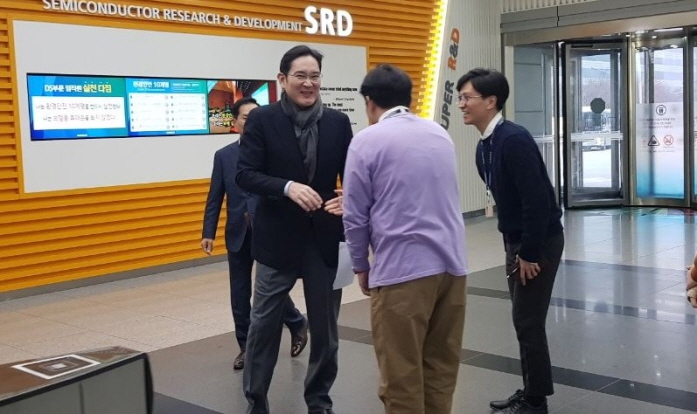 Samsung Electronics vice chairman Lee Jae-yong (L) is seen shaking hands with workers during his visit to a company R&D center in Hwaseong, located some 40 kilometers south of Seoul, on Jan. 2, 2020. (image: Samsung Electronics)