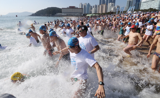 Human 'Polar Bears' Brave Frigid Seas at Haeundae Beach