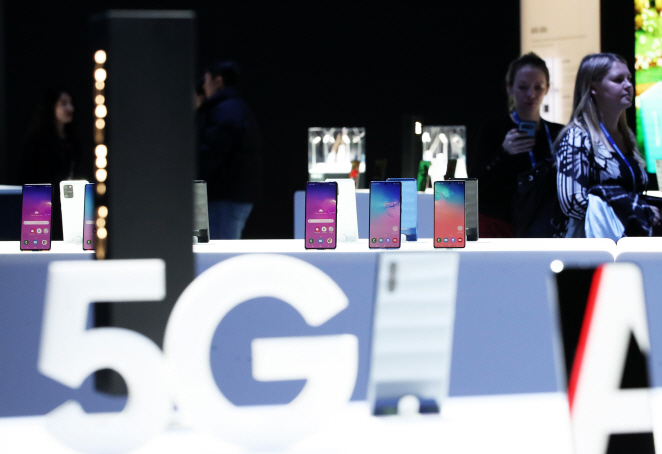 Samsung Electronics' 5G Galaxy smartphones are on display at CES 2020. (Yonhap)