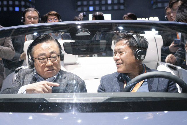 SK Telecom CEO Park Jung-ho (R) speaks with Koh Dong-jin, president and CEO of Samsung Electronics' mobile business division, at a digital cockpit made by Samsung at the company's Consumer Electronics Show (CES) booth in Las Vegas, Nevada on Jan. 7, 2020. (image: SK Telecom)