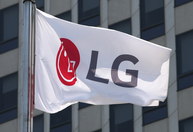 LG Electronics Inc.'s corporate flag at the company's headquarters building in Seoul. (Yonhap)