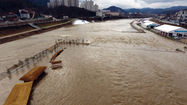 Hongcheon River, the venue of an ice fishing festival set to open this week, is full of muddy water in this photo provided by Hongcheon County after heavy rainfall in Hongcheon, Gangwon Province, on Jan. 8, 2020. (Yonhap)