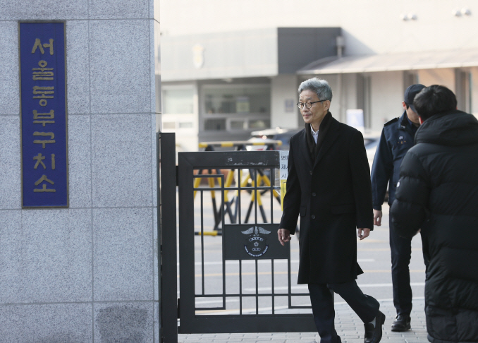 Former senior prosecutor Ahn Tae-geun leaves a detention center in eastern Seoul after being released on bail following a Supreme Court ruling on Jan. 9, 2020. (Yonhap)