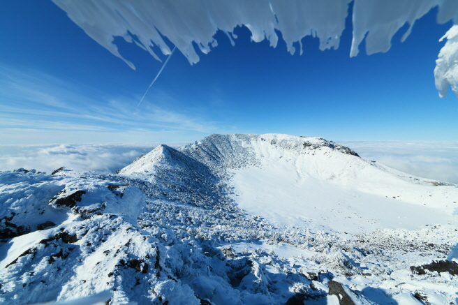 A snow-covered Baekrokdam on top of Mount Halla on Jeju Island on Jan. 15, 2020. (image: Korea Forest Research Institute)