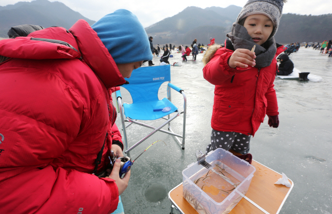 Citizens enjoy fishing for smelt during the annual Inje Icefish Festival in Inje, 165 kilometers northeast of Seoul, on Jan. 18, 2020. (Yonhap)