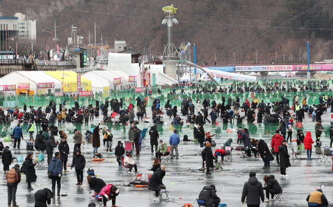 Visitors enjoy ice fishing at the 2020 Hwacheon Sancheoneo Ice Festival in Hwacheon, Gangwon Province on Jan. 27, 2020. (Yonhap)
