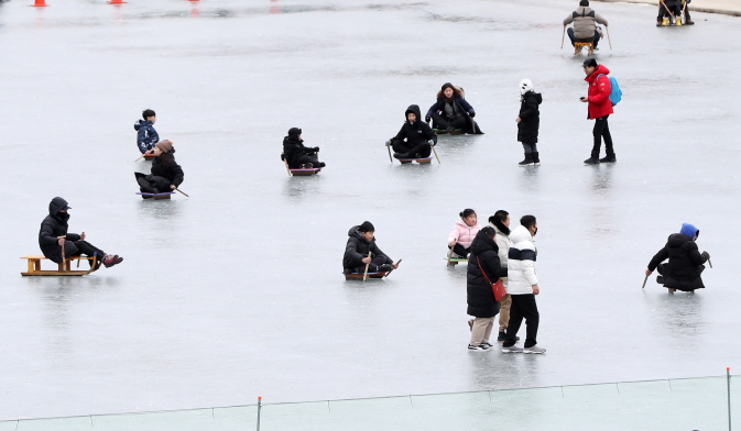 Visitors enjoy ice sledding on the sidelines of the 2020 Hwacheon Sancheoneo Ice Festival in Hwacheon, Gangwon Province on Jan. 27, 2020. (Yonhap)