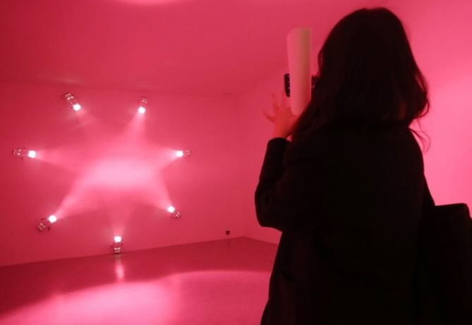 "A visitor takes photos of Ann Veronica Janssens' installation ""Rose"" on Jan. 28, 2020, during the media day event for the Seoul leg of CONNECT, BTS. (Yonhap)"