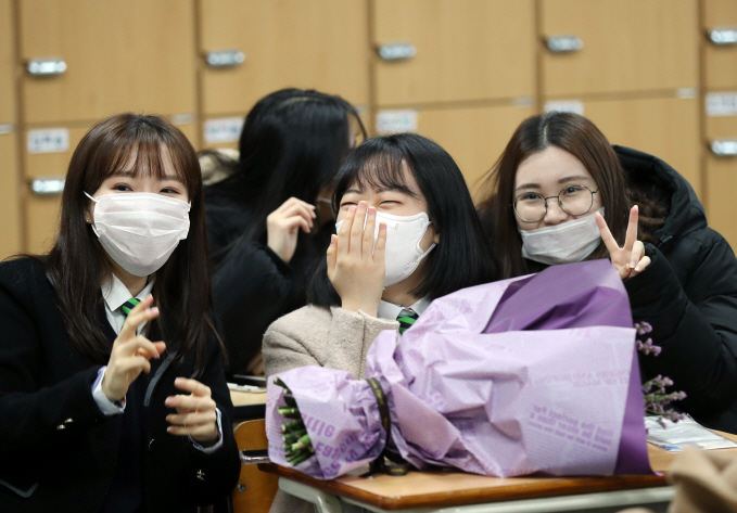 Students at a high school in the southwestern city of Gwangju attend a graduation ceremony in their classroom instead of the school auditorium on Jan. 29, 2020. (Yonhap)