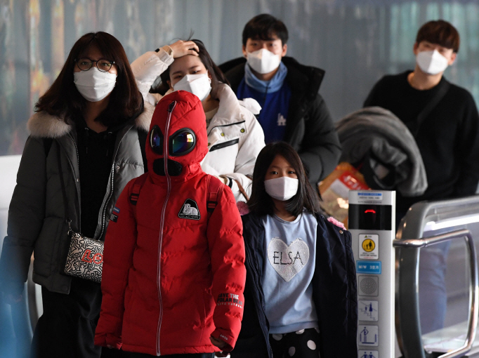 Passengers wearing facial masks arrive at the Incheon airport, west of Seoul, on Jan. 29, 2020, from the Chinese city of Tianjin. (Yonhap)