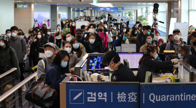 This photo taken on Jan. 29, 2020, shows passengers arriving at Incheon International Airport from Guangzhou amid fears of the spreading coronavirus. (Yonhap)
