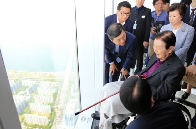 Lotte Group founder Shin Kyuk-ho looks out over Seoul from an observatory on the 118th floor of Lotte World Tower on May, 3, 2017. (image: Lotte Group)