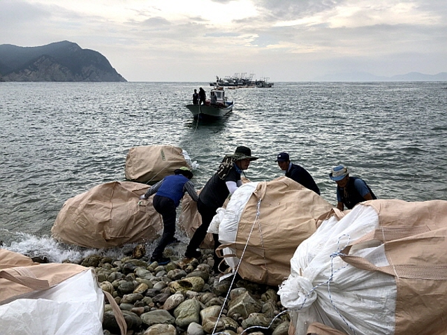 Local regidents are collecting maritime waste near an island in Ongjin County, Incheon. (image: Ongjin County Office)