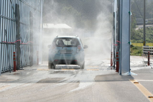 A car passes through a quarantine checkpoint in Hongseong, about 150 kilometers south of Seoul, on Oct. 4, 2019, which has been set up to stem the spread of African swine fever (ASF). (Yonhap)