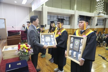 3D Graduation Album a Special Gift for Blind Graduates