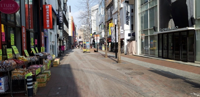 Daegu's central shopping district of Dongseongno stands almost empty on Feb. 22, 2020. (Yonhap)