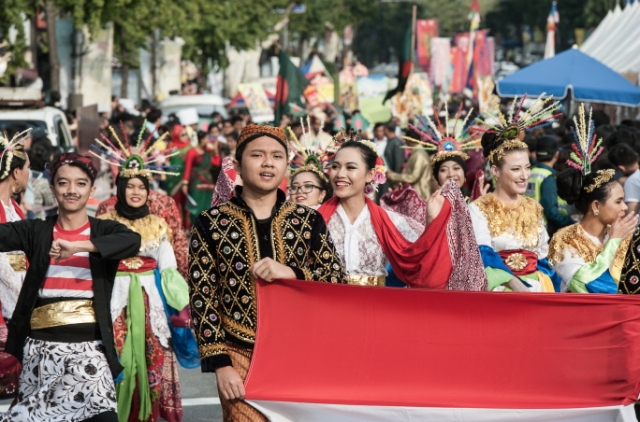 A street parade of foreign residents in South Korea during an international festival in Seoul's Itaewon district on Oct. 13, 2018. (image: Yongsan District Office)