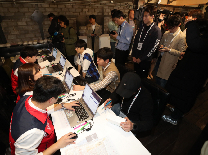 This undated file photo shows customers attending a launch event for Samsung Electronics Co.'s Galaxy S10 smartphone in Seoul. (Yonhap)