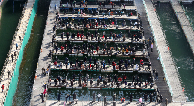 Hwacheon Ice Fishing Festival Closes After Overcoming Warm Weather