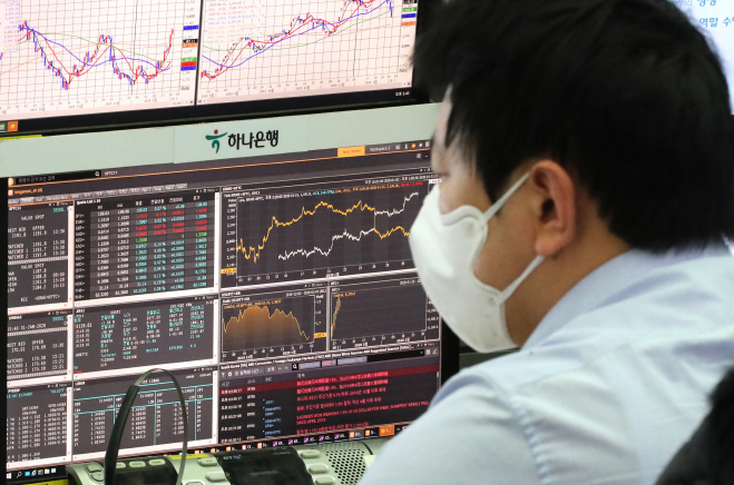 A worker wearing a mask looks at data at KEB Hana Bank in downtown Seoul on Jan. 31, 2020. (Yonhap)
