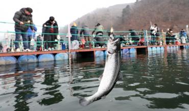 Tourists Brave Coronavirus, Unseasonal Weather to Enjoy Hwacheon Ice Fishing Festival