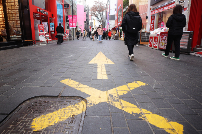 The major Myeongdong shopping district in central Seoul is less crowded than usual amid growing fears over the spread of the new coronavirus on Feb. 1, 2020. (Yonhap)