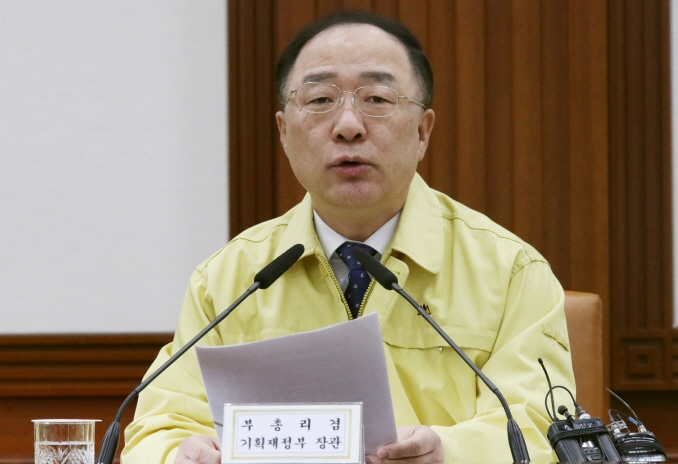 Finance Minister Hong Nam-ki speaks at a meeting with economy-related ministers on Feb. 3, 2020. (Yonhap)