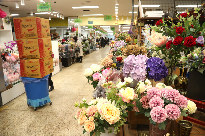 Clients are scarce at the Yangjae Flower Market in southern Seoul on Feb. 5, 2020. (Yonhap)