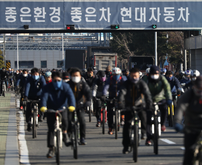 Workers leave a Hyundai Motor Co. factory in Ulsan, 414 kilometers southeast of Seoul, after work on Feb. 5, 2020. (Yonhap)