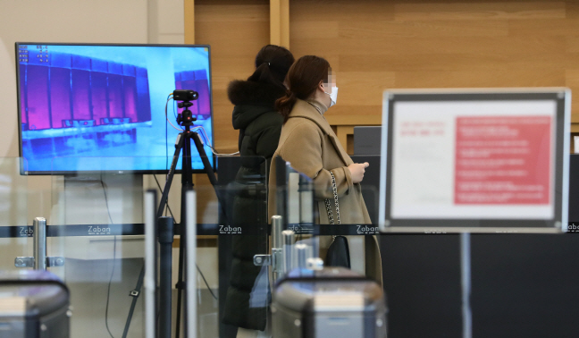 Thermal cameras are installed at GS Home Shopping Inc.'s office building in Seoul in this file photo taken on Feb. 6, 2020. (Yonhap)