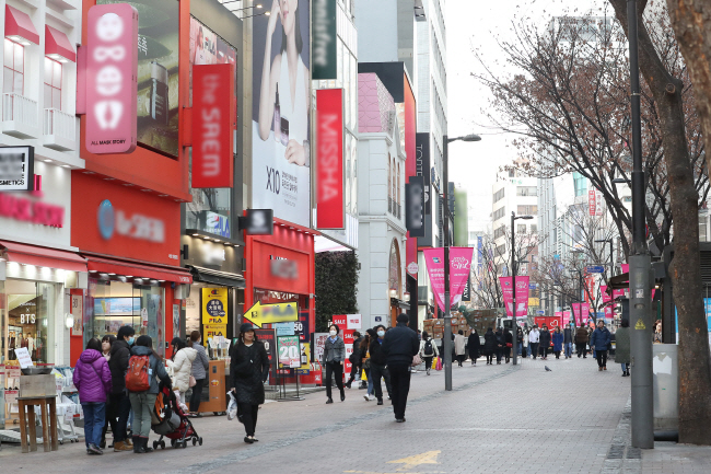 Few people are seen in Myeongdong, a popular shopping street for tourists in Seoul, on Feb. 10, 2020. (Yonhap)